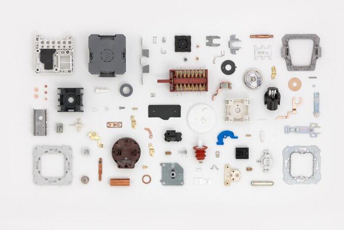 peces d'electrònica i components fets amb sistemes elèctrics
